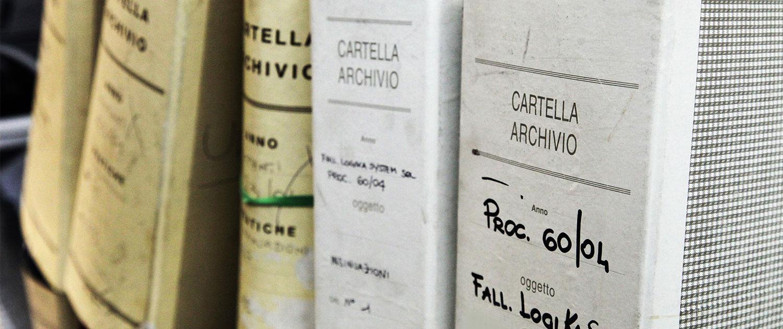 Cartelle archivio datate e consunte