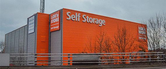 Archiviazione documenti aziendali: gestione deposito archivi in confronto al self storage di cui si vede un grande edificio